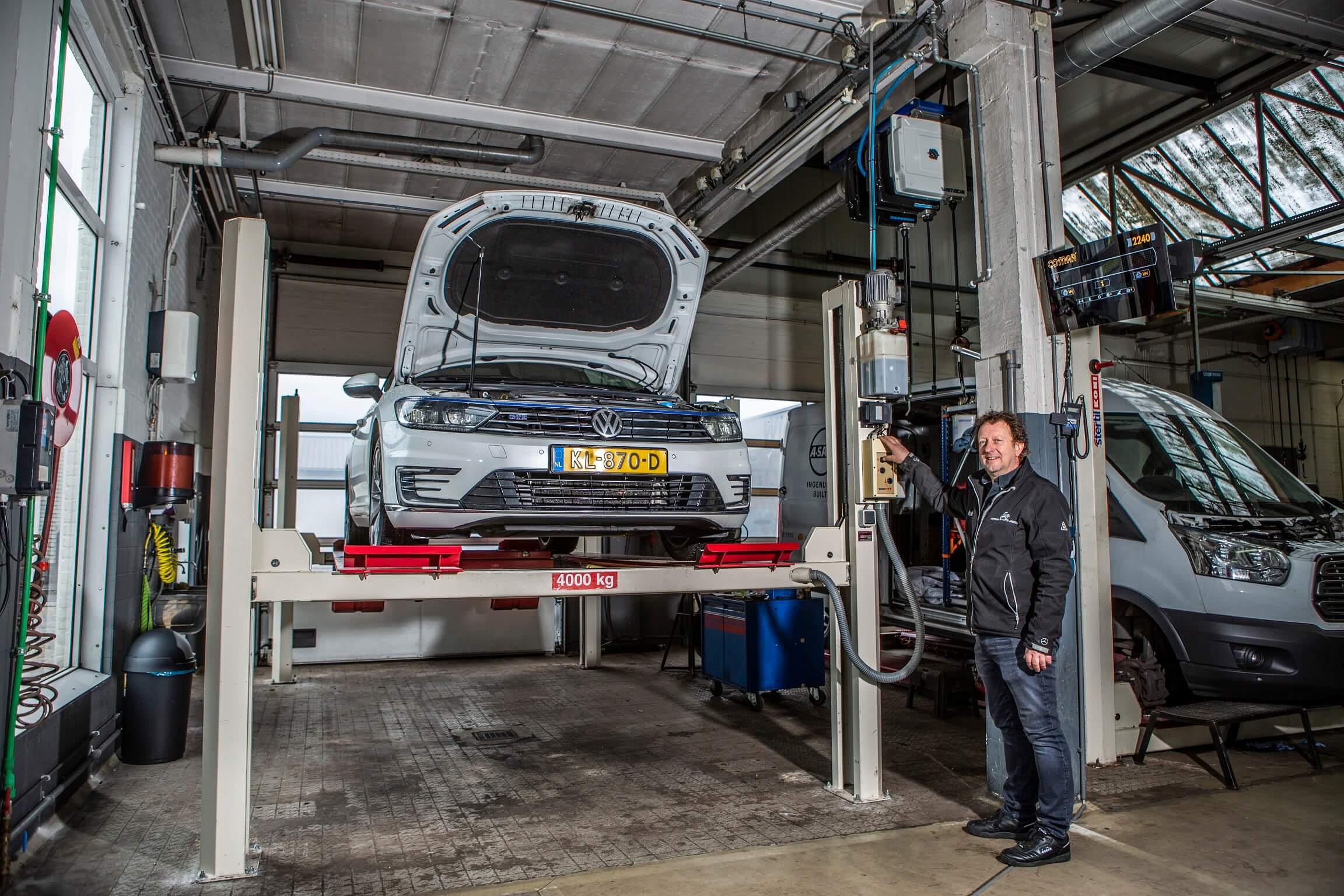 Volkswagen op hefbrug